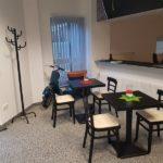 Innenansicht des Büros von happySystem in Rimpar mit Tischen, Stühlen, einem Motorroller und dem Bürobereich