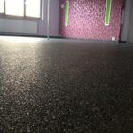 Dunkler Happysystem Fußboden in einem Zimmer